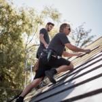 dachdecker zimmerer meisterbetrieb arbeit mit Dachziegeln und Dachsteinen