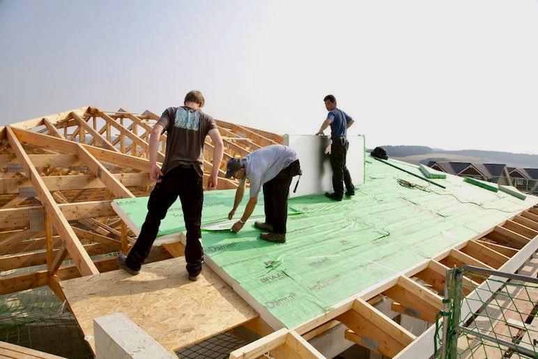Dachdecker arbeitet auf Dach