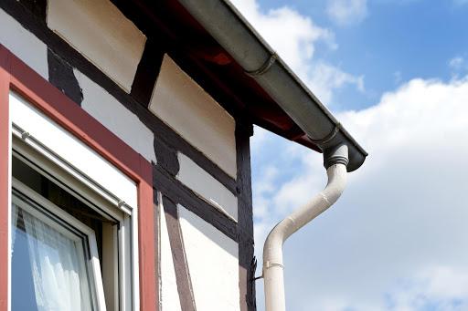 Dachentwässerungssysteme sind nach der DIN-Norm geregelt. Was das heißt, haben wir hier für Sie zusammengefasst.