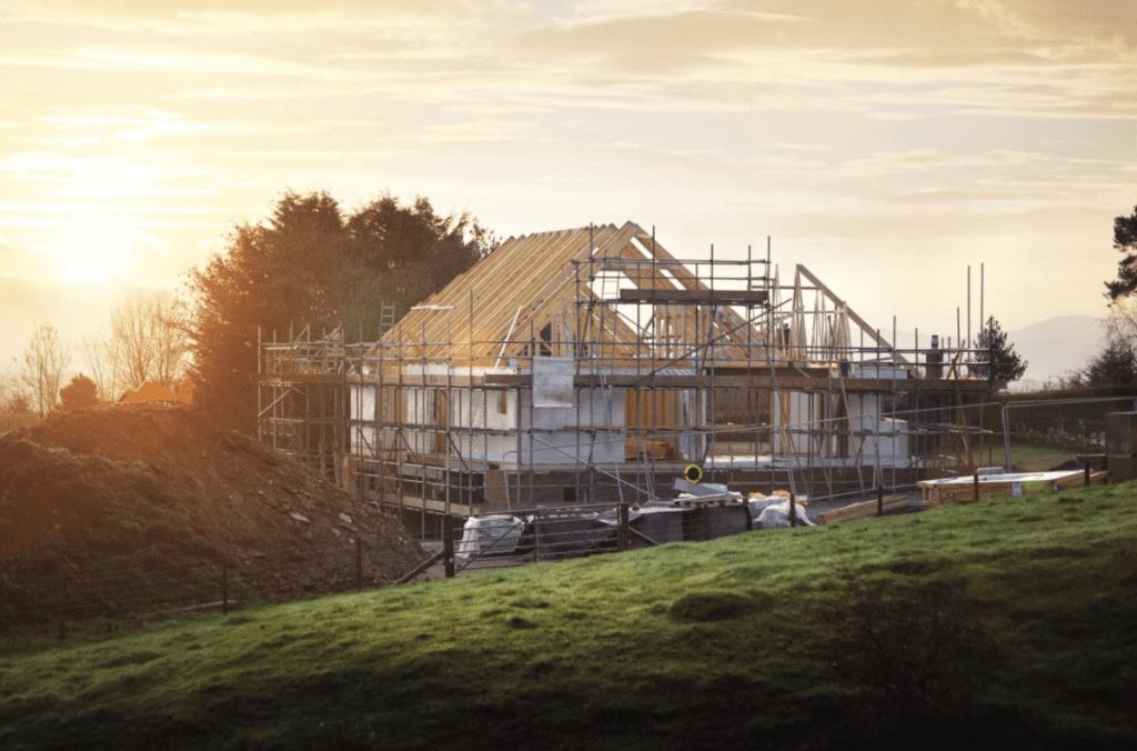 Dachdecker decken Hausdach ein