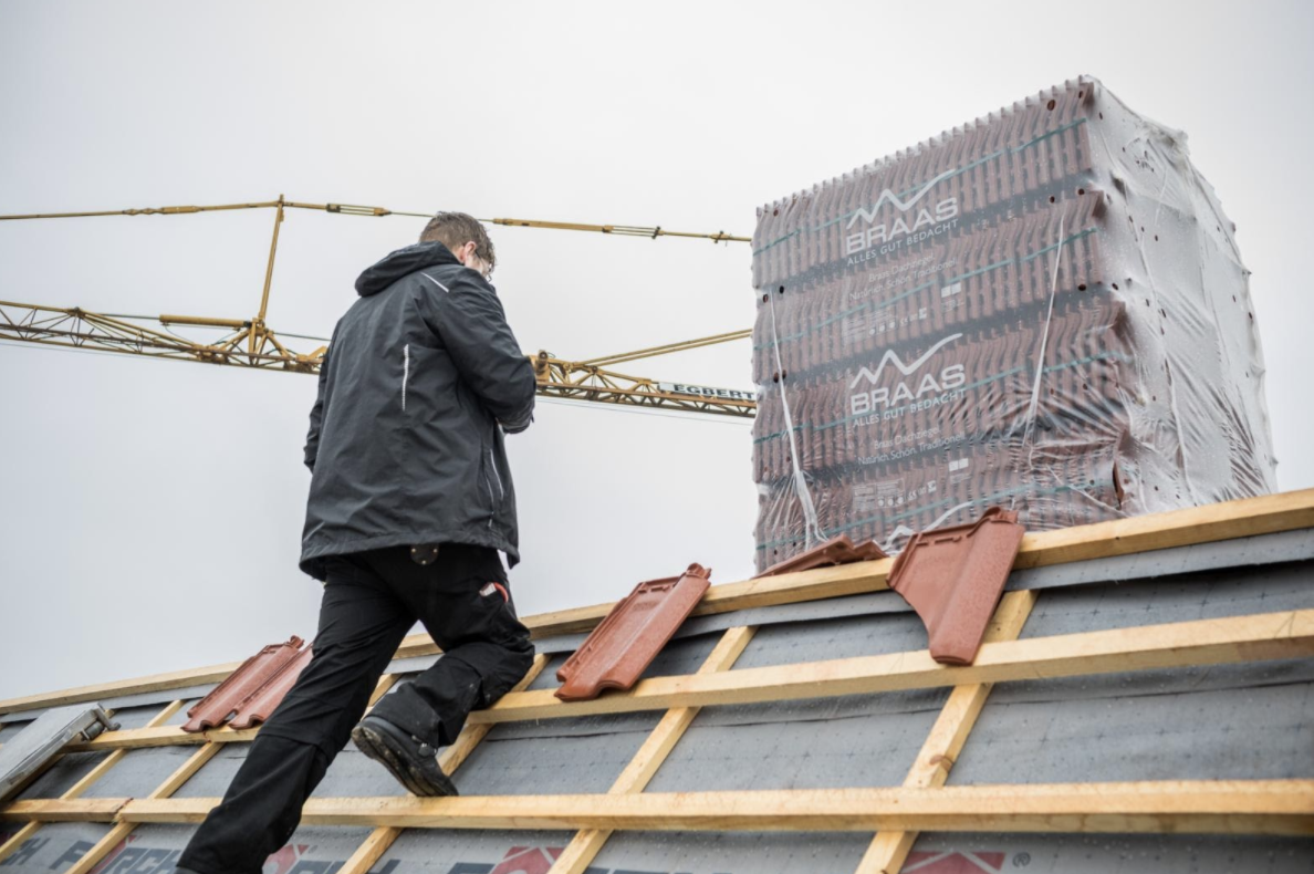 MeinDach Dachdecker fügen einer Dachrenovierung Dachziegel hinzu