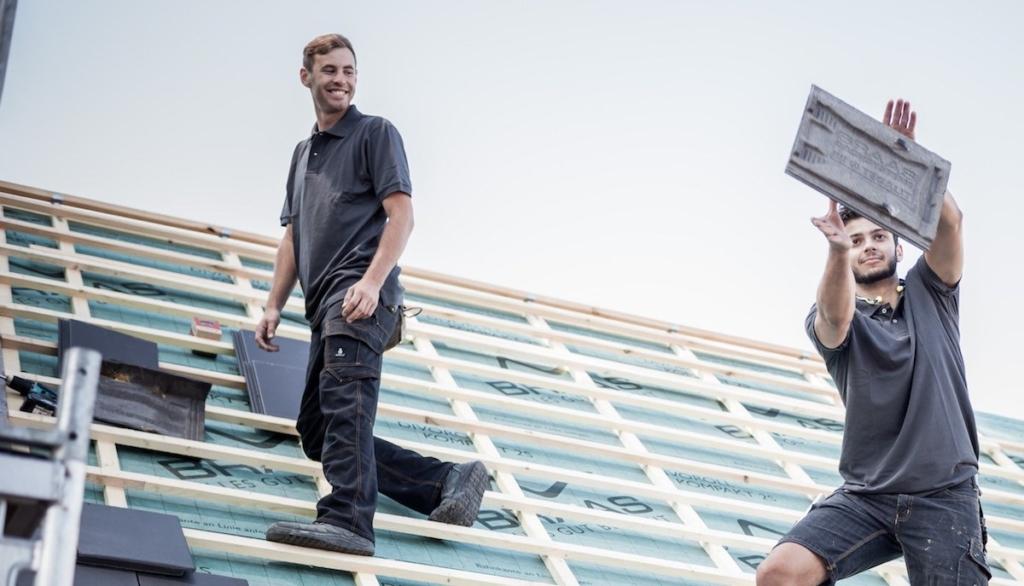 MeinDach Partner-Dachdecker arbeiten an einem neuen Dach