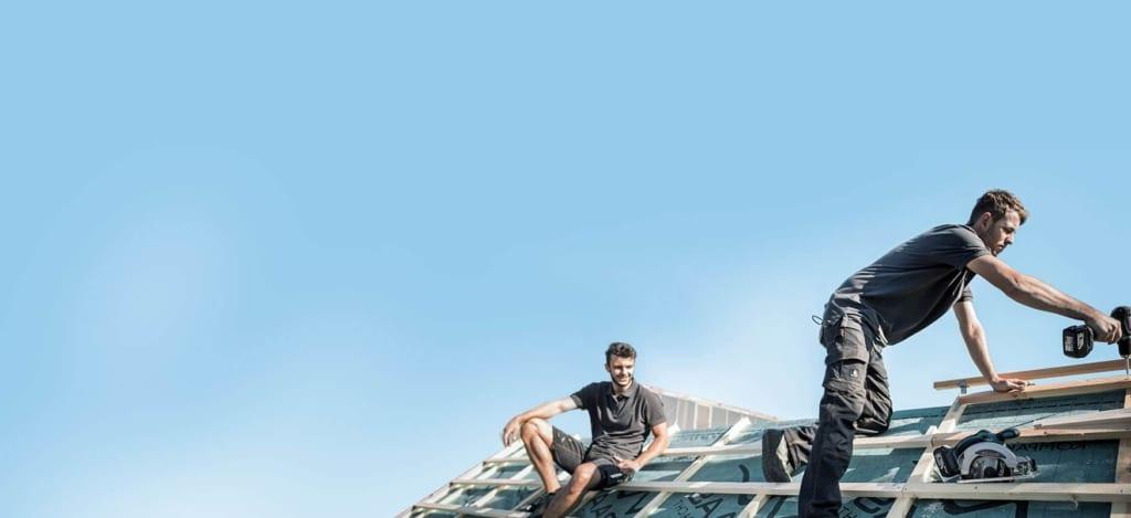 professionelle Dachdecker arbeiten auf einem Dach