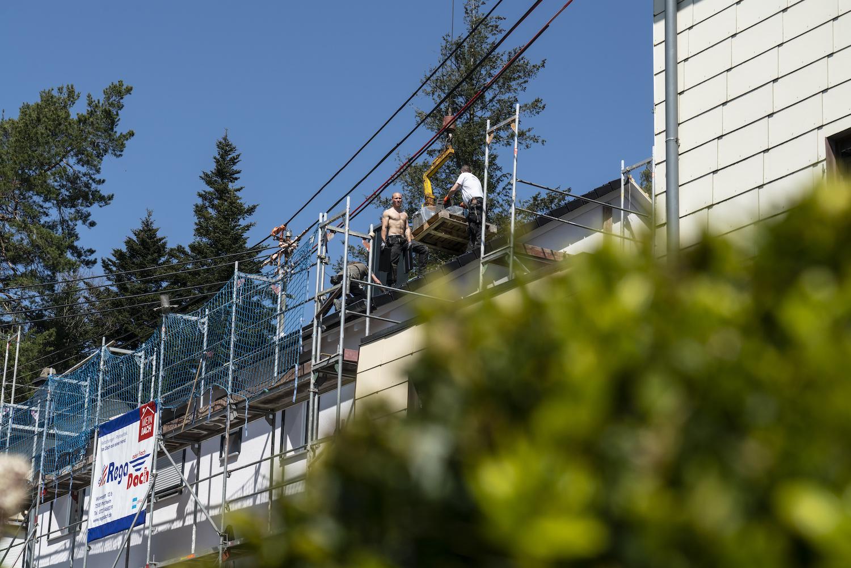 Meindach Partner Dachdecker arbeiten auf einem Dach