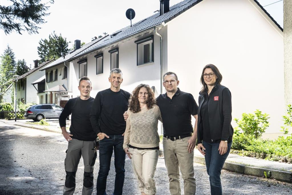Meindach Partner Dachdecker mit zufriedenen Hausbesitzern