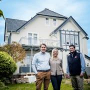 MeinDach Geschäftsführer Felix Ludes mit Hausbesitzer in der Nähe dach decken