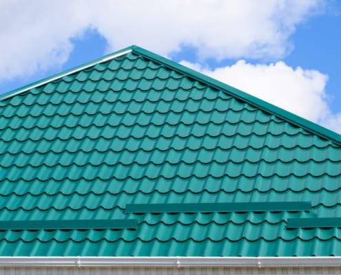 Ein Metalldach im grünen Blatt