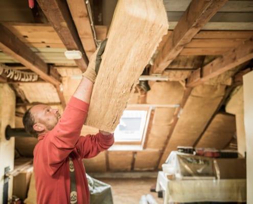 Ein Meindach-Dachdecker isoliert ein Dach