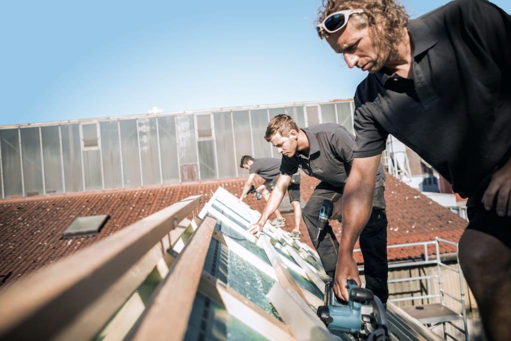 Dachdecker arbeiten auf einem Dach