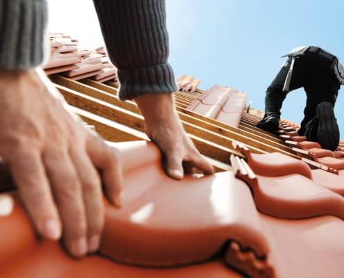 Dachdecker auf Dach decken Dachziegel
