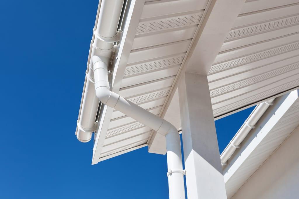 Ein fehlerhaftes Dachablaufsystem, das ein Dachproblem sein kann