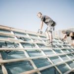 Zwei erfahrene Dachdecker renovieren ein Dach