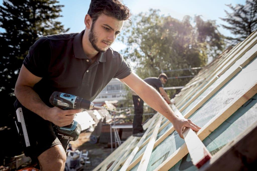 MeinDach-Dachdecker, die auf einem Dach arbeiten