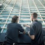 MeinDach-Dachdecker, die auf einem Dach arbeiten, finden Dachdecker