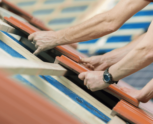 erfahrene Dachdecker arbeiten an einem neuen Dach