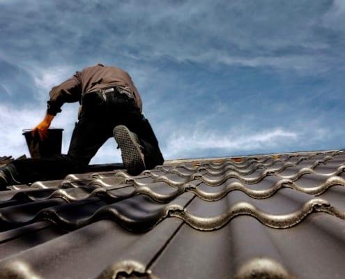 MeinDach Dachdecker arbeitet an einem retrospektiven Dachisolierungsprojekt