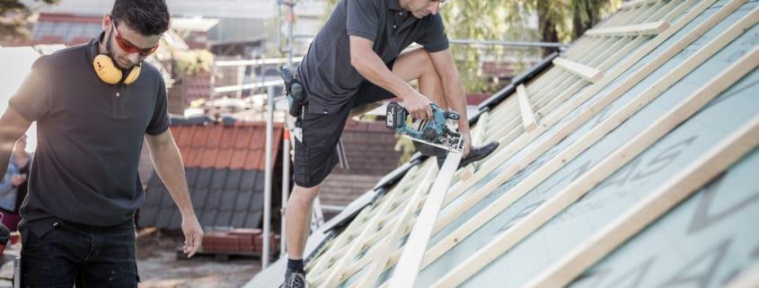 Dachdecker, die ein Dach erneuern