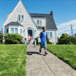 Ein Kind läuft vor seinem Haus. Die schnelle Angebotserstellung ist nur eines der drei Versprechen von MeinDach an unsere Kunden