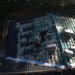 Dachdecker arbeiten mit Dachmaterialien auf einem großen Dach