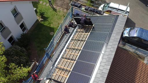Der Einbau einer Photovoltaik-Anlage lässt sich gut mit der Dachsanierung verbinden. Sprechen Sie Ihren Dachdecker frühzeitig darauf an, sodass er die Anlage bei der Planung des neuen Daches direkt mitberücksichtigen kann.