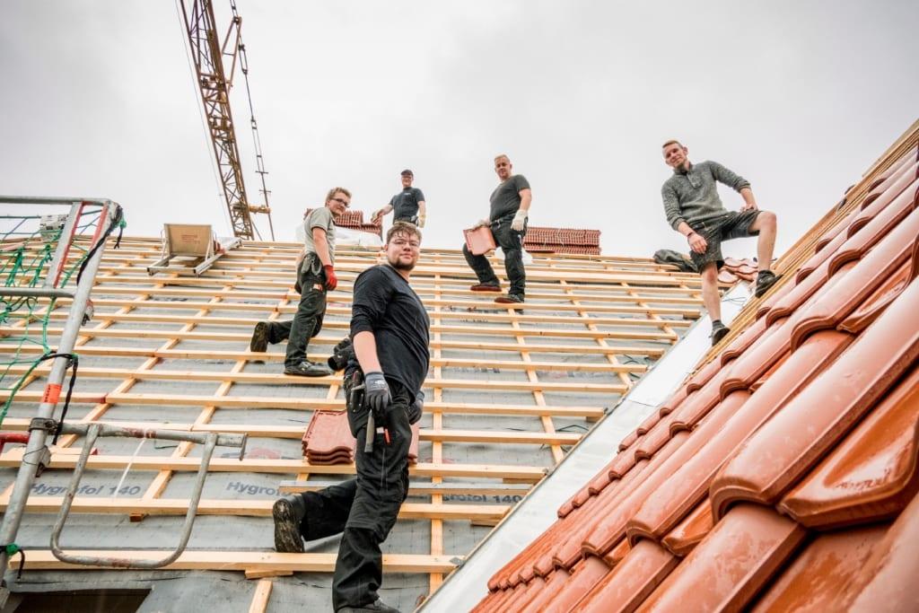 Dachdecker bauen gemeinsam mit MeinDach eine neue Dachkonstruktion