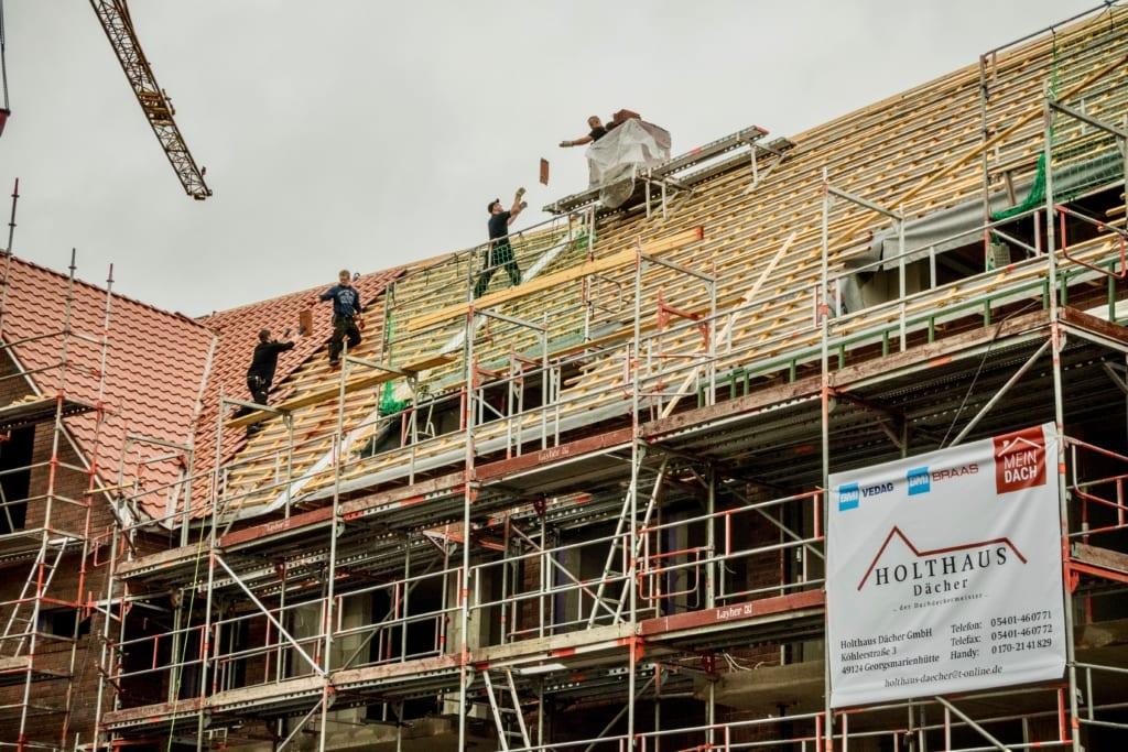 Dachdecker arbeiten gemeinsam mit MeinDach an einer neuen Dachkonstruktion, Munster