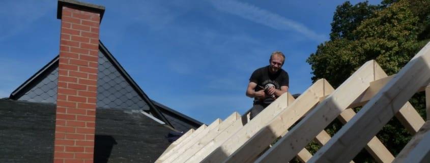 MeinDach-Dachdecker-Partner Philip Stich bei der Flachdacharbeit