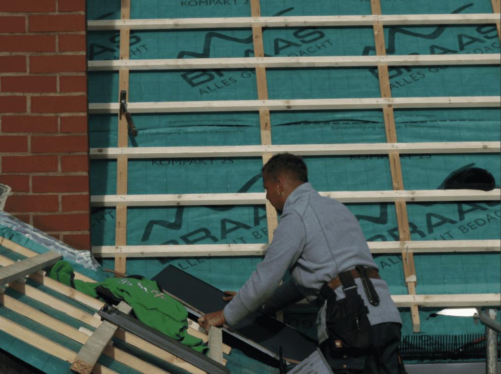 MeinDach-Dachdecker auf Flachdach mit BMI-Braas-Materialien