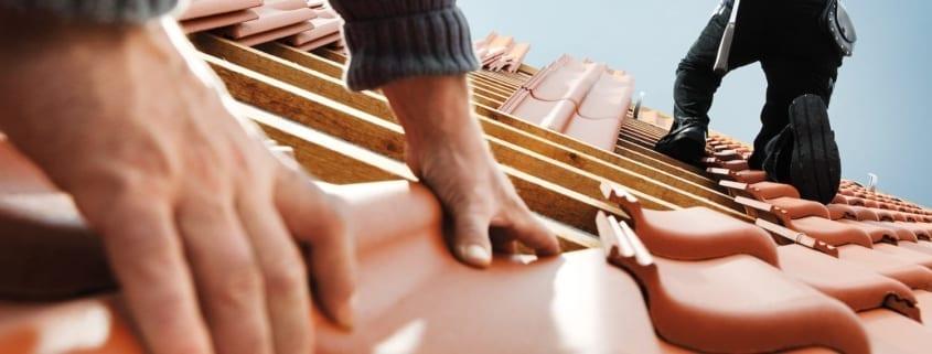 Zwei Dachdecker arbeiten auf einem Dach in Deutschland