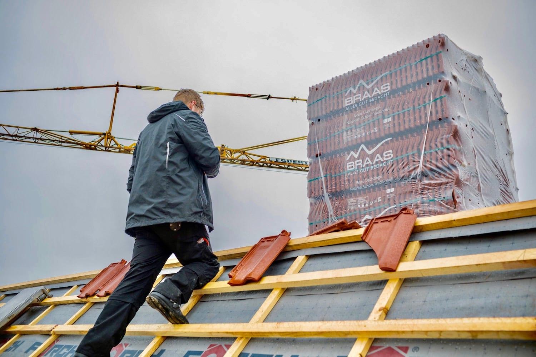 Mann, der ein Dachsanierung im Winter