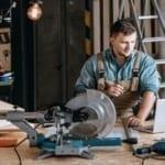 Ein Bauer berechnet die Kosten für die Renovierung eines Scheunendaches