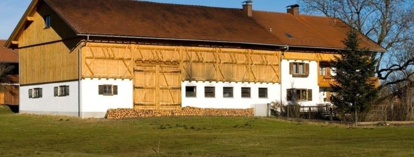 Eine Scheune mit einem reparierten Dach in Deutschland