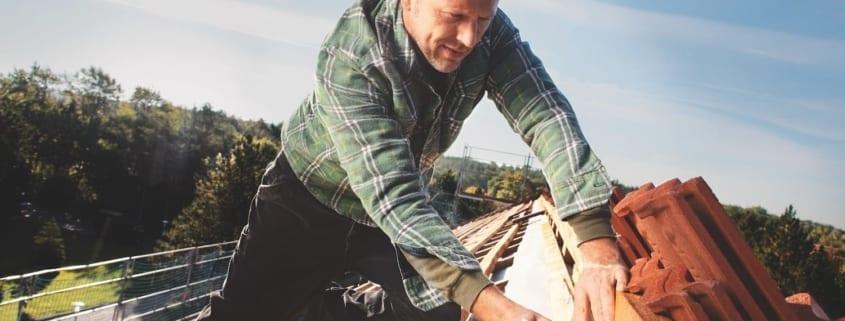 Doch woran erkennen Sie den richtigen Zeitpunkt für eine Dachsanierung?