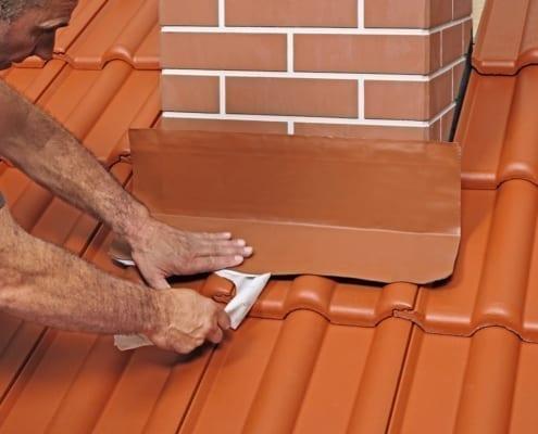 ein Dachdecker, der Dachziegel ersetzt