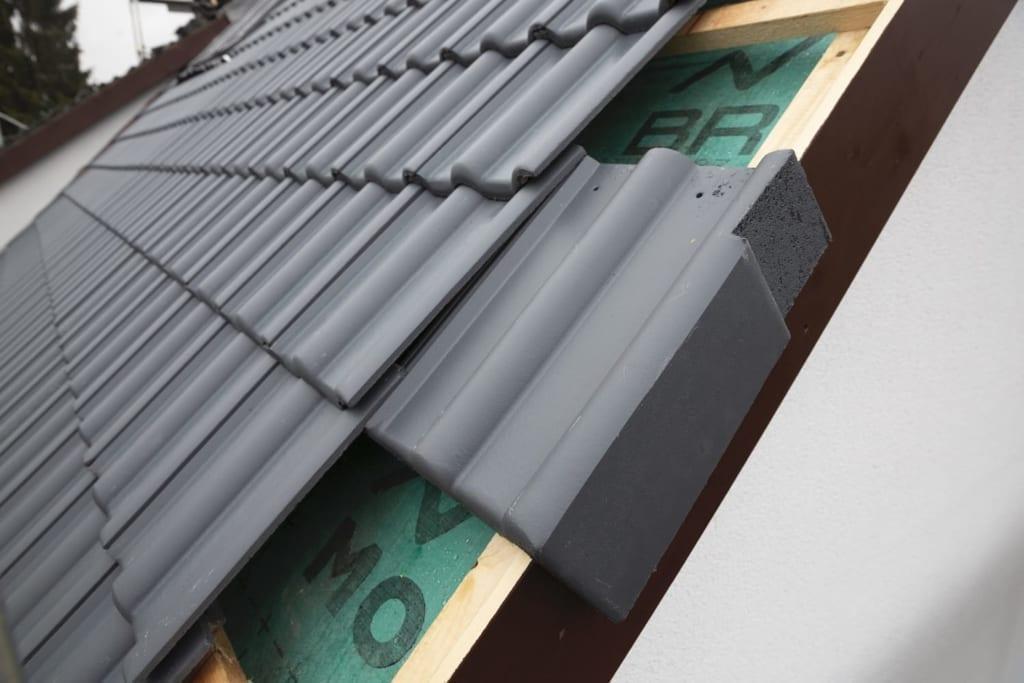 Dachziegel auf einem neuen Dach