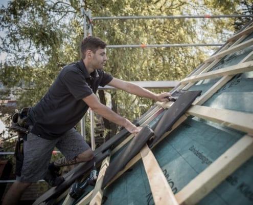 ein meindacher dachdecker bei einer fachgerechten dachsanierung