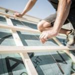 Ein professioneller MeinDach-Dachdecker arbeitet an einem Dachisolierungsprojekt