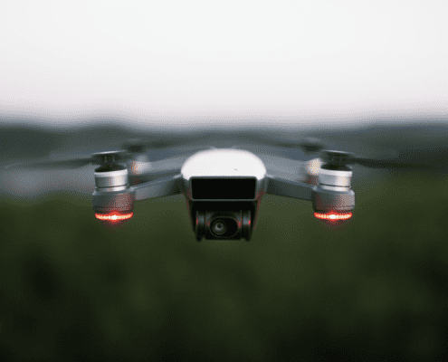 Eine Dachinspektionsdrohne fliegt in der Luft