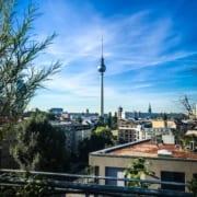 Luftaufnahme der Dächer in Berlin
