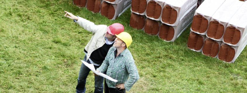 Ein Hausbesitzer und ein Dachdecker besprechen die Kosten für Dachmaterialien