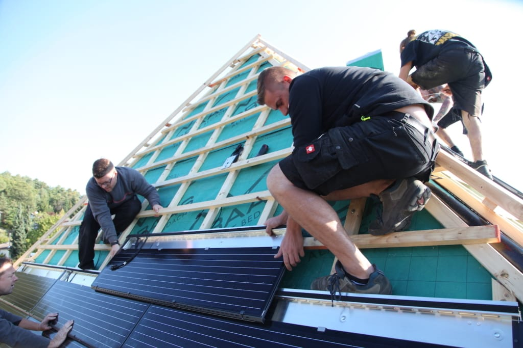 Dachdecker arbeiten an einem neuen Dach mit hochwertigen Dachmaterialien