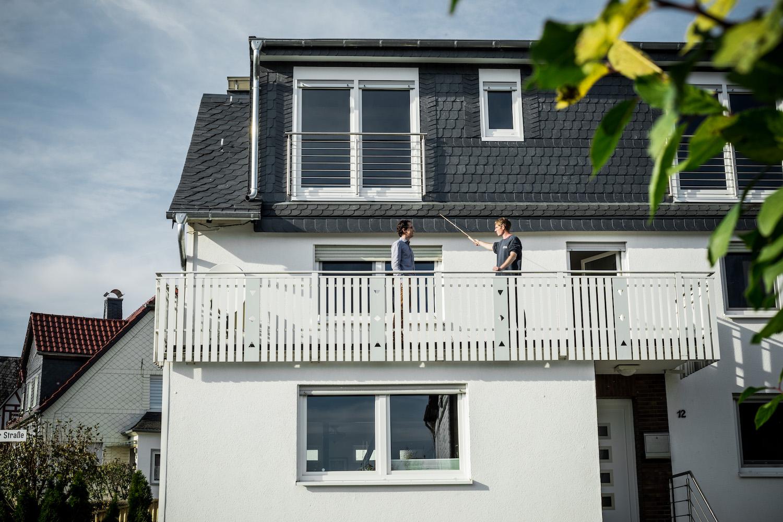Ein Dachdecker führt eine Dachinspektion im Frühling