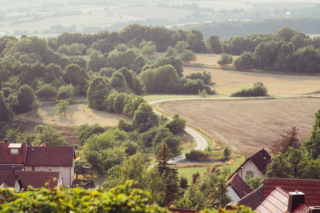 Dächer im ländlichen Deutschland im Frühjahr
