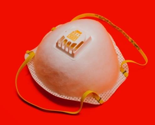 Eine N95-Maske, die Dachdecker bei Dachrenovierungen während der Coronavirus-Pandemie (Covid-19) tragen