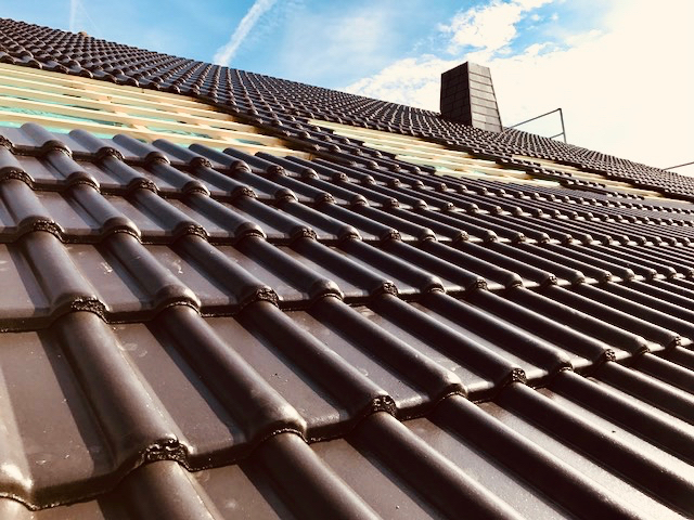 Nahaufnahme von Ziegeln auf einem neuen Dach in Deutschland gebaut