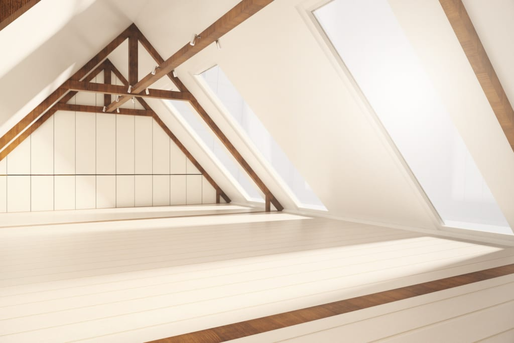 Ein energieeffizientes Dachfenster, das Licht auf einen Dachboden bringt