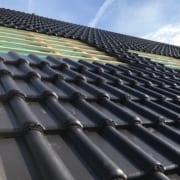schwarze Dachziegel auf neuem Dach