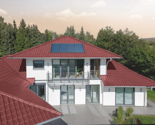Ein Ziegeldach mit einem energieeffizienten Dachfenster