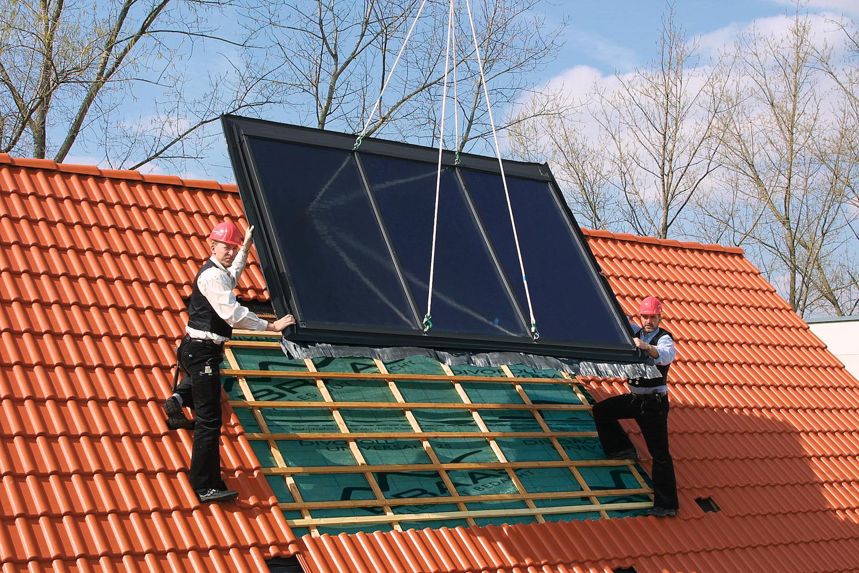 Professionelle Dachdecker installieren energieeffiziente Dachfenster