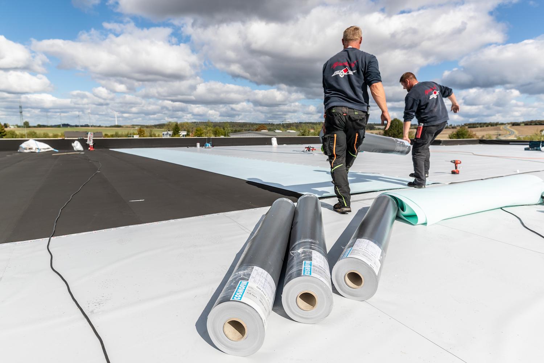 MeinDach Partner Dachdecker installieren ein hochwertiges Dachsystem, Flachdach